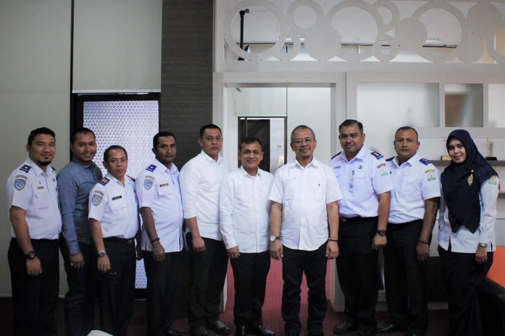 Foto bersama Kepala Dinas Perhubungan Aceh dengan General Manager PT. Angkasa Pura II Bandara SIM